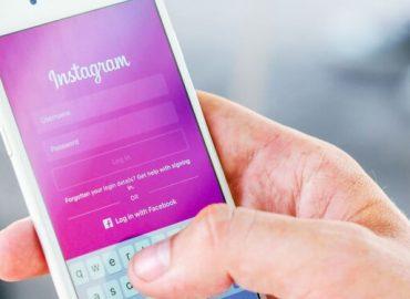 logging in instagram on mobile phone - Big Easy SEO